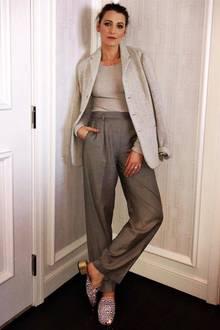 """Blake Lively erfreut ihre Instagram-Fans mit einer """"privaten"""" Modenschau in ihrem Hotelzimmer in Las Vegas, wo sie gerade ihren neuen Film """"A Simple Favor"""" promotet, und diese lässige Eleganz in Grau steht ihr ganz hervorragend, wie wir finden."""