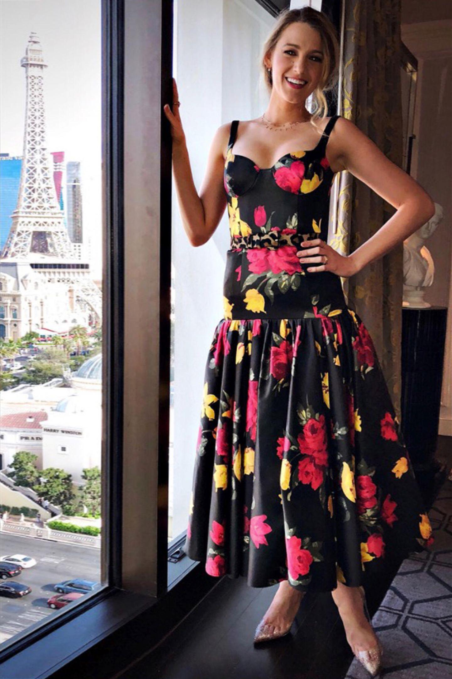 Im Rosenkleid von Michael Kors zeigt Blake in Las Vegas ihre sommerlich-verträumte Seite.