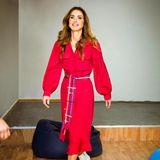 Wie man weiße Ankle Boots richtig stylt, zeigt Königin Rania mit diesem Outfit. Farblich harmonieren ihre Schuhe perfekt mit dem knalligen Ton ihres Kleides. Auch die Saumlänge ist ideal zu den knöchelhohen Stiefelchen.