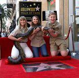 """26. April 2018  Späte Ehre für den australischen Dokumentarfilmer Steve Irwin: Der 2006 verstorbene """"Crocodile Hunter"""" hat posthum einen Stern auf dem Hollywood Walk of Fame erhalten. Zu der Enthüllungszeremonie waren seine Witwe Terri, seine Tochter Bindi und sein Sohn Robert angereist."""