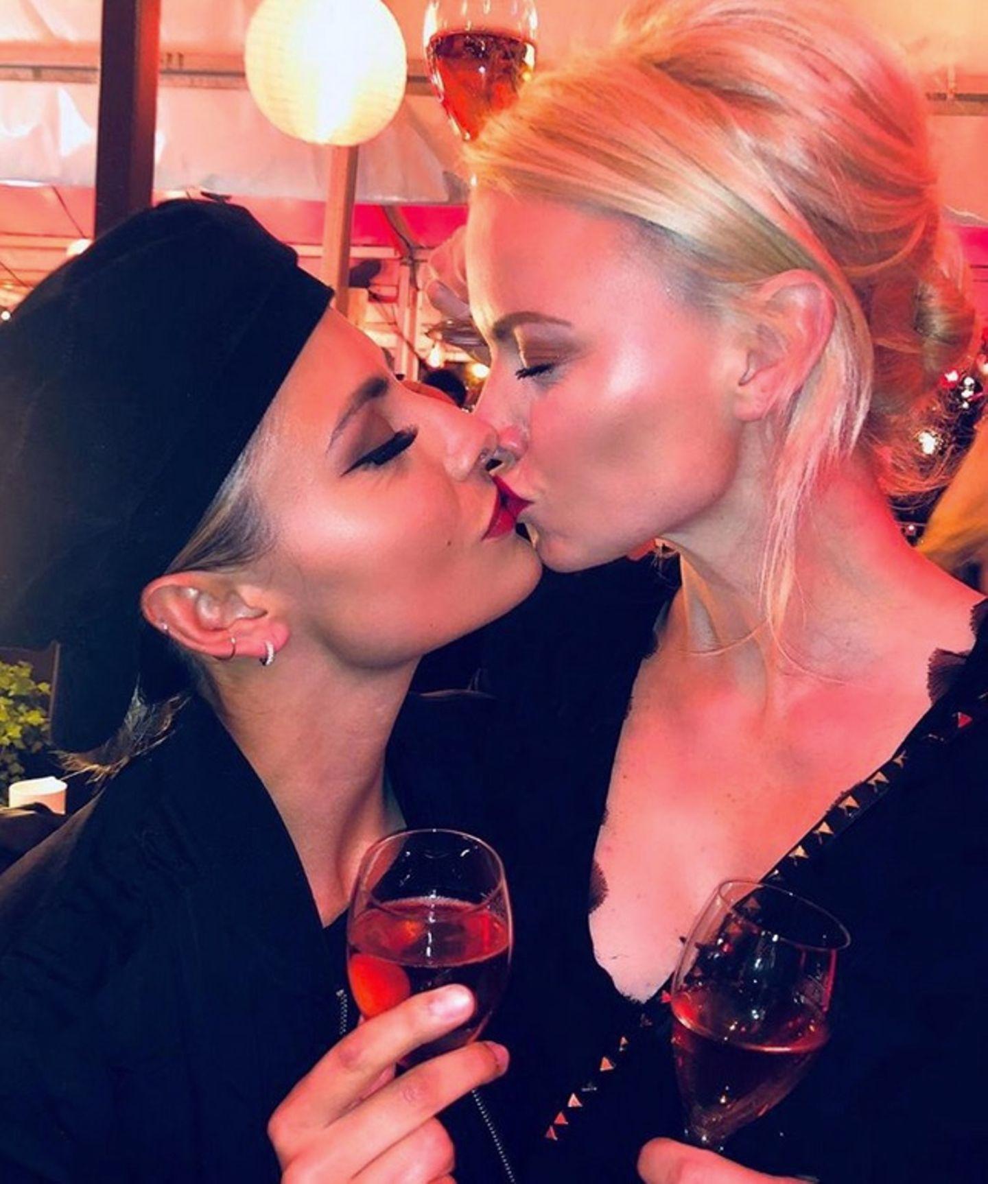 Hier wird deutlich, diese zwei Damen verstehen sich bestens. Auf einer Party gibt es von Sophia Thomalla ein Busserl für Franziska Knuppe.