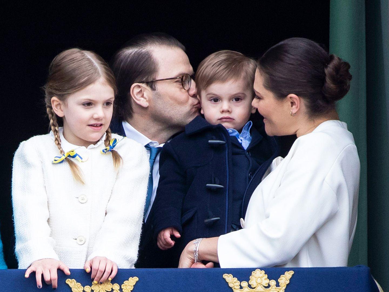 30. April 2018  Der süße Prinz Oscar ist von dem ganze Trubel etwas irritiert. Dafür gibt es aber Trostküsschen von Papa und Mama.