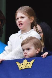30. April 2018  Etwas skeptisch beobachten Prinzessin Estelle und Prinz Oscar die Zeremonie vom Schloss-Balkon.