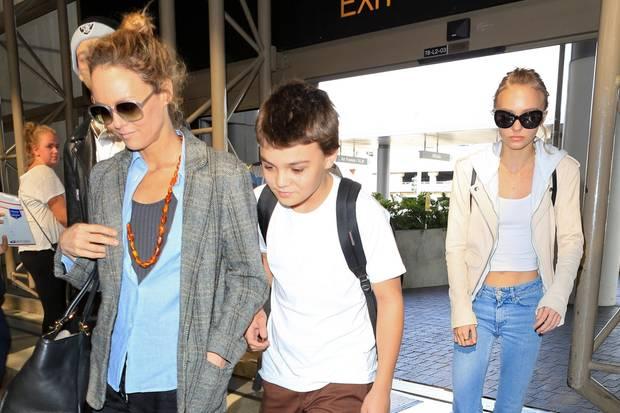 Vanessa Paradis zeigt sich 2016 mit ihren Kindern Jack und Lily-Rose Depp am Flughafen in Los Angeles. Die Familie (fast) komplett auf einem Foto ist ein eher seltener Anblick.