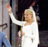 Elfengleich trat Prinzessin Mette-Marit von Norwegen am 25. August 2001 vor den Traualtar. Ihre blonden Haare schlicht aber dennoch leicht verspielt zu einem Dutt gebunden. Raffiniert umspielt die Frisur das zarte Diadem.
