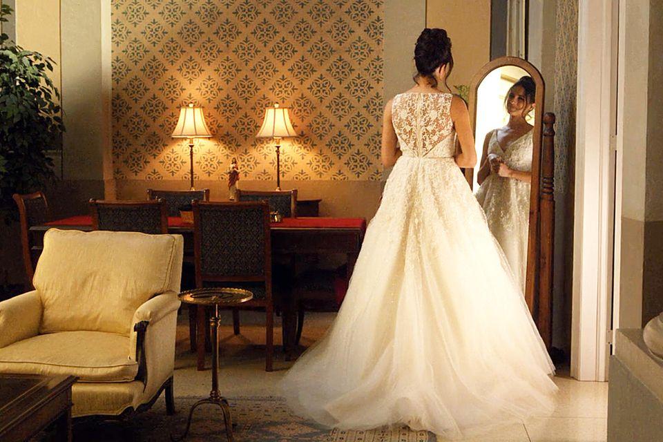 """In """"Suits"""" zeigt sich Meghan Markle bereits im Brautkleid: Spitze, transparenter Stoff und ein ausladender Tüllrock. Wird sie so auch privat vor den Altar treten?"""
