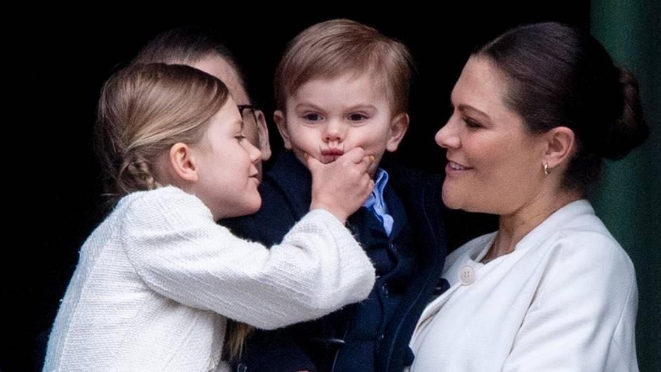 """Prinzessin Estelle versucht ihrem Bruder Oscar ein Lächeln """"abzukneifen"""""""