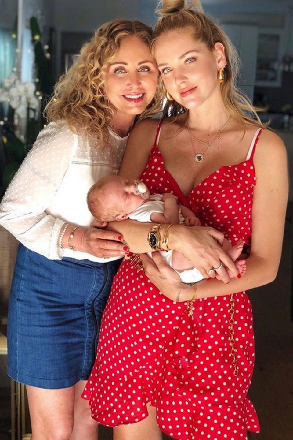 Stolz posieren Chiara Ferragni und ihre Mutter Marina Di Guardo mit Söhnchen Leone für ihre Instagram-Fans.