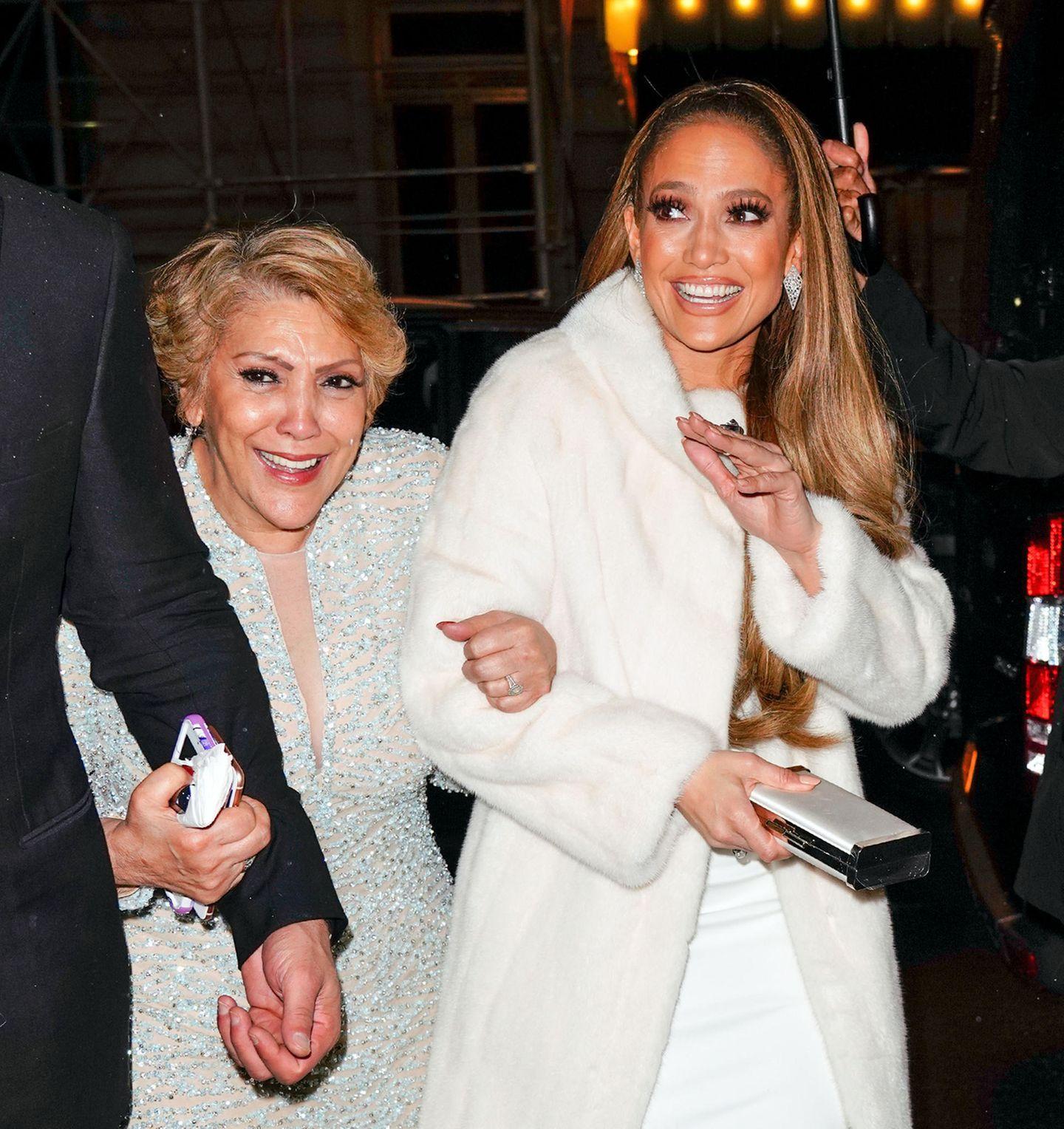 Zu einem Event in New York begleitet Guadalupe Lopez ihre Tochter Jennifer. Strahlend und Arm in Arm steigen die beiden Ladies aus der Limousine.