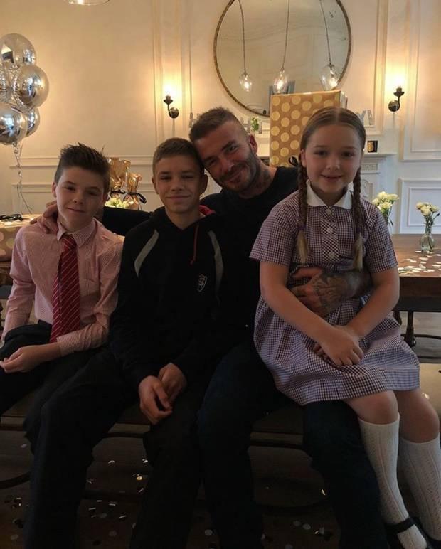 """2. Mai 2018  Von Victoria Beckham gibt es zum Geburtstag ihres Mannes ein Familienfoto mit Cruz, Romeo, Geburtstagskind David und seiner süßen Harper. """"Happy Birthday an den besten Daddy!"""", postet sie liebevoll."""