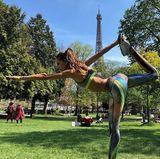 Streching und Yoga vor einer traumhaften Kulisse mitten in Paris. Model Izabel Gourlat präsentiert ihren gelenkigen Körper im Sonnenschein.