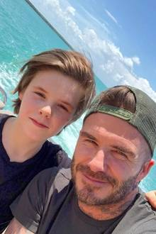 """2. Mai 2018  """"Happy Birthday an den besten Dad auf der Welt"""", postet Davids Sohn Cruz Beckham. Zu den lieben Worten postet er ein Foto mit Papa von einer coolen Bootsfahrt."""