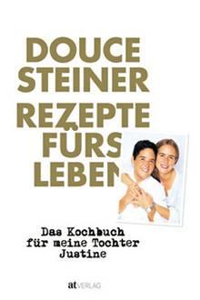 """2-Sterne-Köchin Douce Steiner widmet dieses Kochbuch ihrer Tochter Justine zum achtzehnten Geburtstag. Darin treffen Klassiker aus ihrem Restaurant """"Hirschen"""" auf ganz persönliche Rezepte und kulinarische Familien-Anekdoten. (""""Rezepte fürs Leben"""", AT Verlag, 208 S., 39,90 Euro)"""