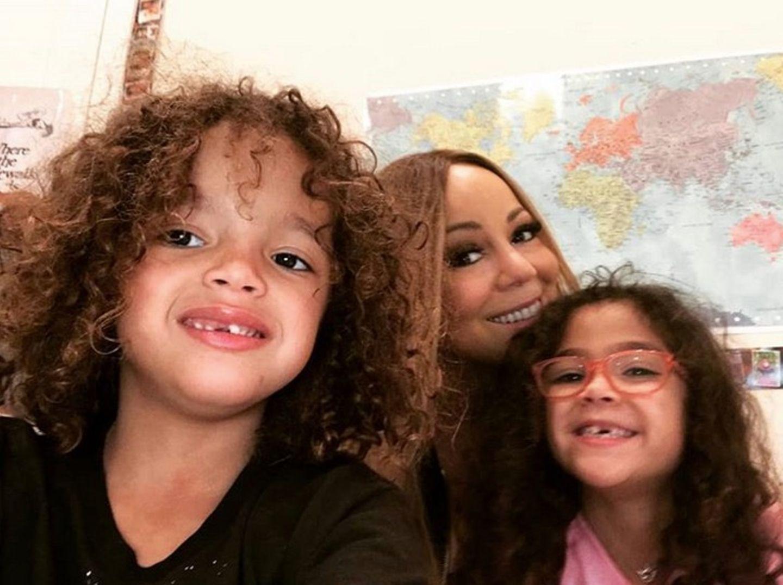 Ein schönes Selfie für die Fans aus dem Klassenraum der Zwillinge. Stolz hält der kleine Moroccan die Kamera, während Mariah und Töchterchen Monroe fröhlich in die Kamera lachen.