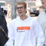 Vergnügt schlendert Teenieschwarm Justin Bieber durch die Straßen von Los Angeles. Für den besseren Durchblick darf die Brille auf der Nase natürlich nicht fehlen.