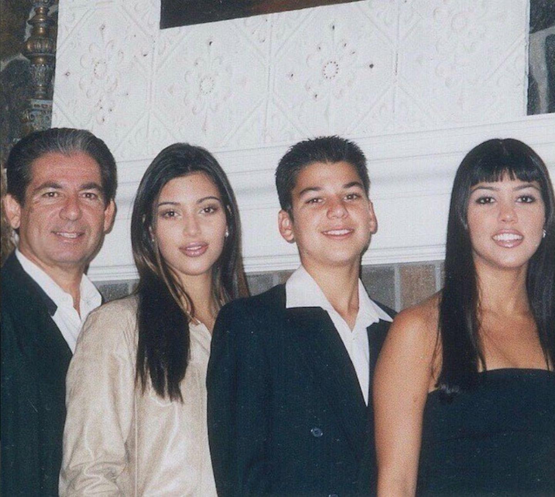 """3. Mai 2018  """"1999""""schreibt Kim Kardashian zu dem Gruppenfoto. Damals posieren der bereits verstorbene Vater Robert Kardashian, Kim, Rob und Kourtney Kardashian vor der Kamera."""