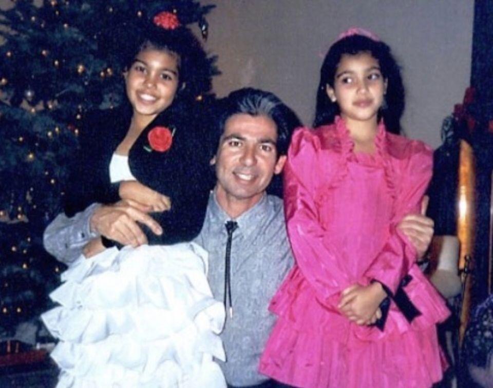 22. Februar 2018  Mit einem Foto aus Kindertagen gratuliert Kourtney Kardashian (li.) ihrem verstorbenen Vater zum Geburtstag, den er an diesem Tag gehabt hätte. Rechts im Bild ist Kourtneys Schwester Kim Kardashian an der Seite ihres Papas.