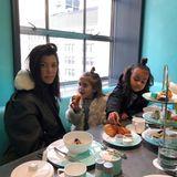 4. Februar 2018  Kourtney Kardashian postet einen süßenSchnappschuss vom gemeinsamen Frühstück mit Tochter Penelope und Nichte North West.