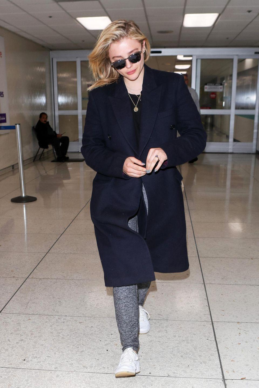 Auch wenn der dunkelblaue Mantel von Chloë Grace Moretz recht elegant wirkt, die graue Jogginghose lässt sich darunter auch nicht gänzlich verstecken.