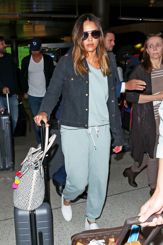 Nicht besonders gut gelaunt, dafür im pastellgrünen Jogginganzug aber sehr gemütlich gekleidet, ist Jessica Alba am LAX International unterwegs.