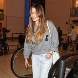 Mit paillettenbesticktem Schlabber-Pulli, locker sitzender Jeans und hohen Sneakern macht sich Sofía Vergara ganz bequem auf Reisen.