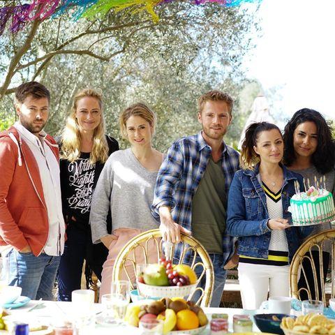 "Der Cast der ""GZSZ""-Mallorca-Folge: John (Felix von Jascheroff), Maren (Eva Mona Rodekirchen), Sophie (Lea Marlen Woitack), Paul (Niklas Osterloh), Emily (Anne Menden), Shirin (Gamze Senol), Philip (Jörn Schlönvoigt)"