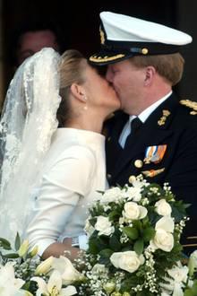 König Willem-Alexander und Königin Máxima  Ganze 5,3 Sekunden, so lange dauerte nämlich der erste offizielle Kuss des damals frisch vermählten Paares auf dem königlichen Balkon. Und das ist im Vergleich zu anderen royalen Brautpaaren, die sich sonst eher immer sehr zurückhalten, wenn es um den traditionellen Balkon-Hochzeitskuss geht, eine kleine Ewigkeit. Aber das war noch nicht alles! Königin Máxima konnte in dem Moment gar nicht genug von ihrem frisch angetrauten Ehemann bekommen und drückte ihm nach dem ersten langen Kuss noch zwei kürzere Küsschen hinterher. Na, wenn das nicht wahre Liebe ist!