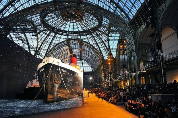 Karl Lagerfeld überrascht jedesmal aufs Neue mit den Kulissen, die er für seine Kollektionen im Pariser Grand Palais entwirft. Diesmal nimmt er seine Gäste passend zur Präsentation der neuen Cruise Collection mit auf Kreuzfahrt.