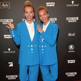 Immer wieder bezaubern die Zwillinge Lisa und Lena im coolen Partnerlook auf dem roten Teppich. So auch an diesem Abend: In knallig blauen Hosenanzügen und weißen Hemden lächeln die Mädels für die Fotografen.