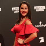 Sarah Lombardi strahlt in einem engen, roten Offshoulder-Kleid für die Kameras. Ihre neuen kurzen Haare trägt sie glatt und zur Seite gekämmt. Sehr glamourös!