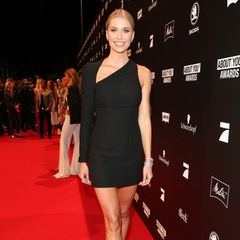 Es ist der erste Auftritt seit bekannt wurde, dass Lena Gercke wieder Single ist: Und sie strahlt in einem knappen, schwarzen Kleid und schwarzen Riemchen-Heels für die Fotografen. Ihr Haar trägt sie glatt zurückgekämmt.