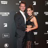 Heiß, heißer, Clea-Lacy! In einem schwarzen Dress aus Spitze posiert sie im Arm ihres Freundes Sebastian Pannek für die Fotografen. Mit seiner stylischen Anzug-Sneaker-Kombi setzt auch er ein modisches Statement.