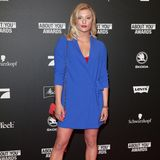 Luna Schweiger setzt in einem kurzen blauen Blazer von Steffen Schraut ihre langen Beine in Szene. Dazu kombiniert sie eine knallrote Tasche und schwarze Pumps.