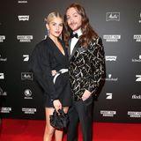 """Ein absolutes Dreamteam in Sachen Internet: Caro Daur, Gewinnerin des letzten Jahres, und Riccardo Simonetti, Gewinner in der Kategorie """"Fashion"""" setzen auch auf dem roten Teppich modische Statements."""