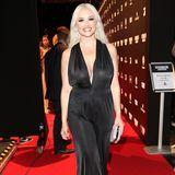 Daniela Katzenberger zeigt sich an diesem Abend von ihrer glamourösen Seite: In einem schwarzen Jumpsuit mit tiefem Ausschnitt und XL-Ohrringen posiert sie strahlend für die Kameras und Fotografen.