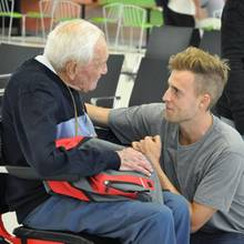 David Goodall verabschiedet sich am Flughafen von Perth von seiner Familie.