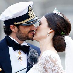 Prinz Carl Philip und Prinzessin Sofia von Schweden  Das schwedische Traumpaar konnte gar nicht genug voneinander bekommen. Gleich zweimal küssten sich die beiden. Ganze 4,2 Sekunden dauerte der liebevolle Kuss der frisch Vermählten.