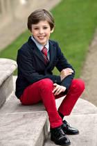 4. Mai 2018  Ganz schön groß geworden: Prinz Henrik wird neun Jahre alt. Zu diesem Anlass veröffentlicht der Hof neue Bilder, die den Enkel von Königin Margrethe mit Schlips und Jackett zeigen - wie die Großen.