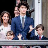 16. April 2018  Königin Margrethe feiert Geburtstag und damit bietet sich ein Anlass für ein echtes Familienfest - mit Balkonauftritt. Die kleine Athena schaut gerade so über das Geländer, während ihr großer Stiefbruder Nikolai sogar fast schon größer scheint, als sein Vater Joachim.