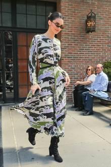 Beim Verlassen ihres Hotels in New York trägt Kendall schwarze Schnürboots und ein langes, gemustertes Kleid mit betonter Taille.
