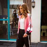 Rania von Jordanien kombiniert die rosafarbene Trainingsjacke von Robert Rodriguez mit einer sportlichen Hose von Fendi und Hingucker-High-Heels von Tom Ford. Etwas Luxus mussschließlich für eine Königin schon sein.