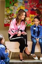 Sehr sportlich, Eure Majestät! Königin Rania zeigt beim Besuch eines Familien- und Kinderzentrums im östlichen Amman, dass sie die Style-Queen Nummer 1 ist.