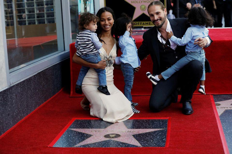 3. Mai 2018  Großer Tag für Zoe Saldana. Sieenthüllt bei einer feierlichen Zeremonie ihre Sternplakette auf dem berühmten Bürgersteig in Hollywood.Die Schauspielerin bringt zur Feier ihre große Familie mit - Ehemann Marco Perego und ihre drei gemeinsamen kleinen Söhne.Vor jubelnden Fans posieren sie auf der 2637. Plakette.