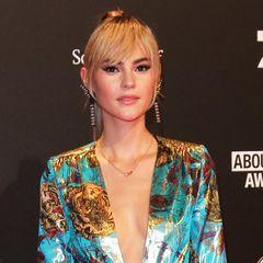 Neuer Look für Model Stefanie Giesinger? Bei den About You Awards präsentierte sie sich mit einem langen Pony. Doch schnell klärt sie auf: Alles fake! Auch Stars schummeln also gerne mal.