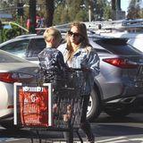Hilary Duff und Söhnchen Luca machen einen Großeinkauf in einem Supermarkt in Los Angeles.