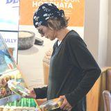 Schauspielerin Lisa Rinna kann sich nicht entscheiden, welchen Salat sie zum Lunchen nehmen soll.