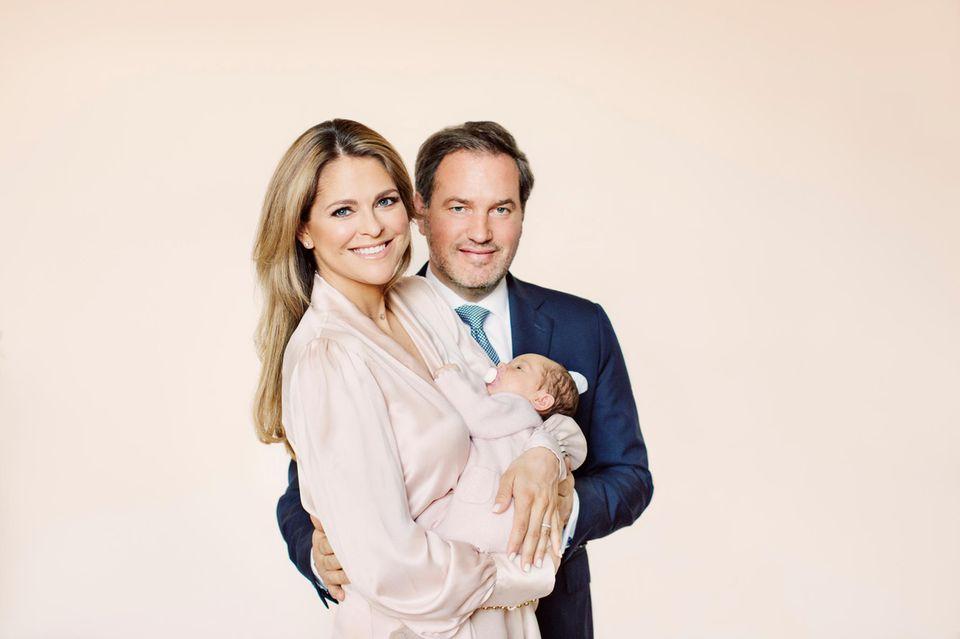 """4. Mai 2018  Rund eine Woche nachdem die ersten offiziellen Portraits von Baby Adrienne veröffentlicht sind, legen Prinzessin Madeleine von Schweden und Chris O'Neill an zuckersüßen Bildern nach. Denn auf dem neuesten Bild der kleinen Adrienne überracht diese mit einem ungewöhnlichen """"Accessoire"""". Die Kleine hat einen rosa Schnuller im Mund. Das sieht man auf offiziellen Portraits so gut wie nie."""