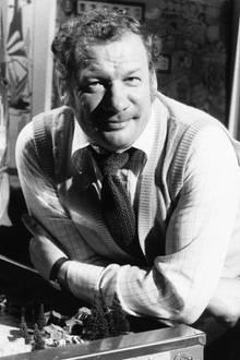 """2. Mai 2018:Wolfgang Völz (87 Jahre)  Die Stimme von Käpt'n Blaubär ist für immer verstummt: Der beliebte Schauspieler und Synchronsprecher Wolfgang Völz ist verstorben. Seit den 50er Jahren hat er in unzähligen TV-Produktionen mitgespielt -unter anderem auch in den Erfolgsserien """"Raumpatrouille Orion"""" und """"Stahlnetz"""".Außerdem hat er als Synchronsprecher zahlreichen Hollywood-Stars seine Stimme geliehen, darunter auch Mel Brooks, Peter Ustinov oder Walter Matthau. Beim jüngeren Publikum ist er vor allem als Stimme der Puppentrick-Figur """"Käpt'n Blaubär"""" bekannt und beliebt gewesen.Überdies ist er der Großvater von Bachelor Daniel Völz."""