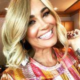 """""""Bin mal blond jetzt"""", schreibt Jana Ina Zarella zu diesem Selfie auf Instagram. Die schöne Moderatorin zeigt sich statt mit braunen Haaren plötzlich mit blonder Pracht. Knapp 24 Stunden später klärt sie in ihrer Instagram-Story jedoch auf, dass es sich nur um eine Perücke handelte. Schade eigentlich! Blond steht Jana Ina auch sehr gut und würde auch ihrem Liebsten Giovanni mit Sicherheit sehr gut gefallen."""