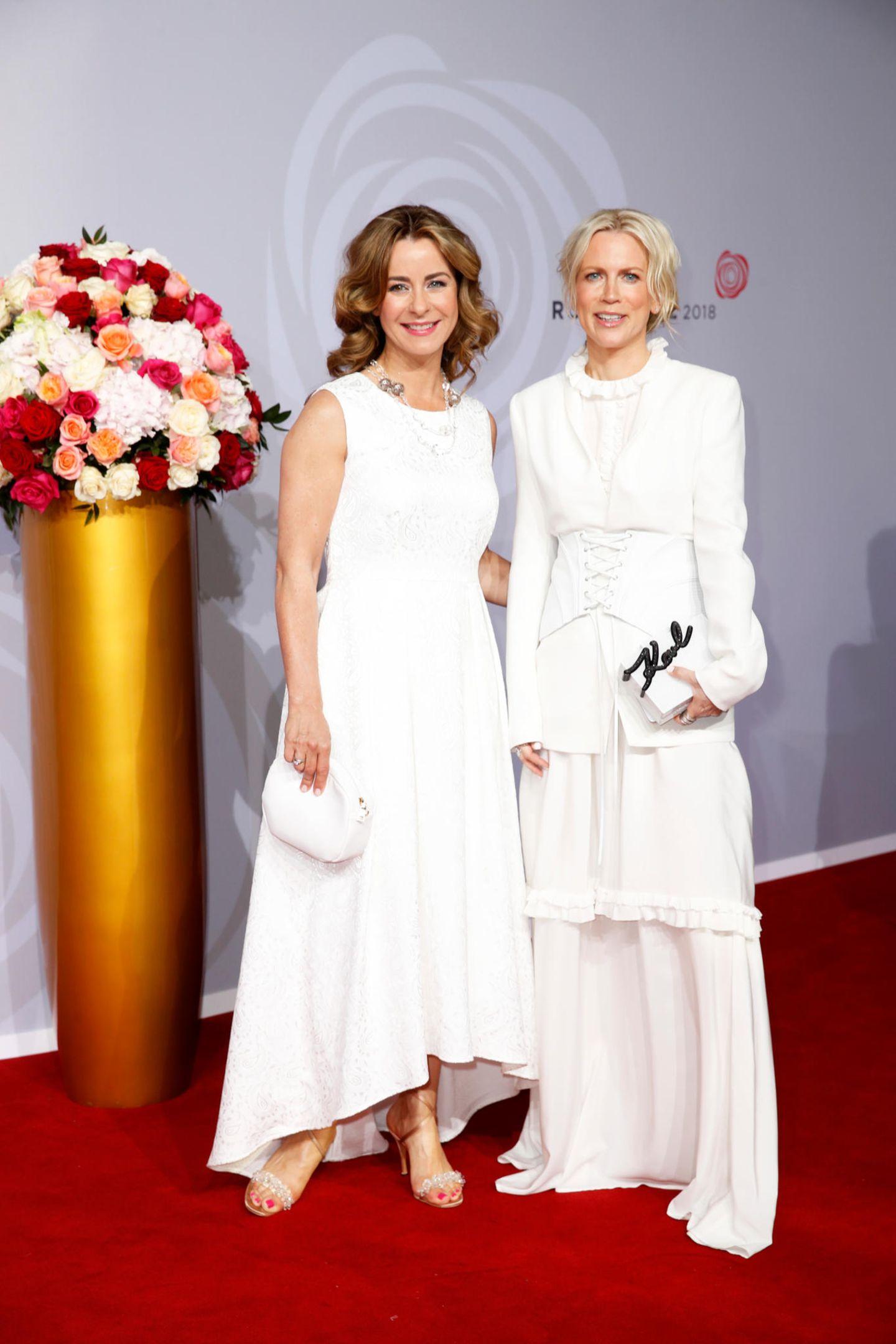 Ganz in Weiß posierten Bettina Cramer und Tamara Gräfin von Nayhauß-Cormons auf dem roten Teppich.